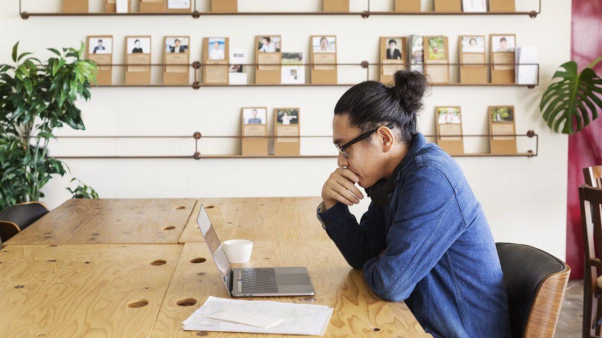 мъж обмисля как да кандидатства за ваучерната схема за дигитални услуги
